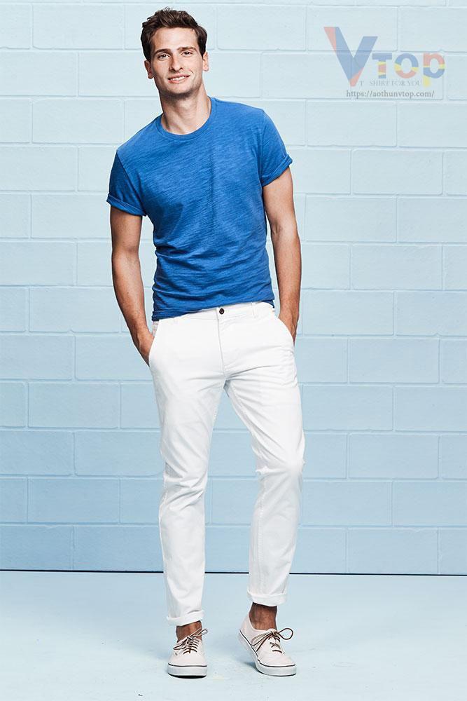 Áo xanh dương phối quần kaki