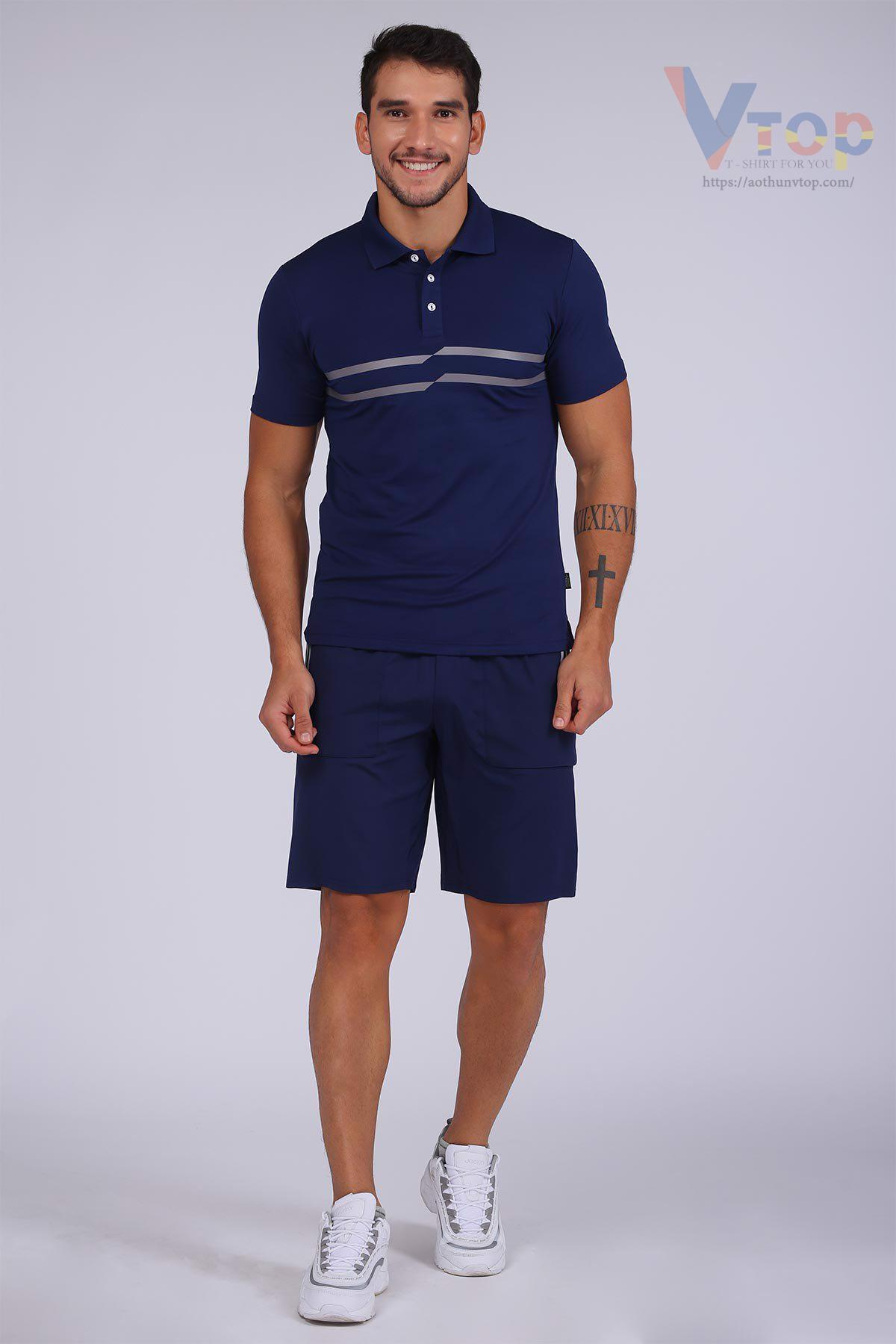 Áo thun xanh dương phối quần kaki