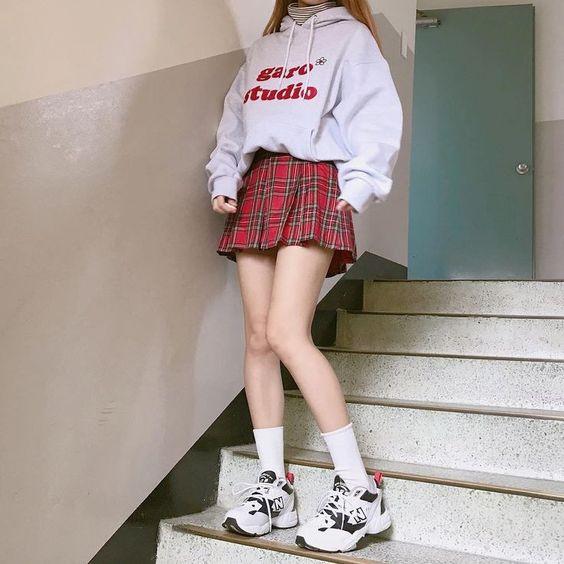 áo hoodie với váy ngắn