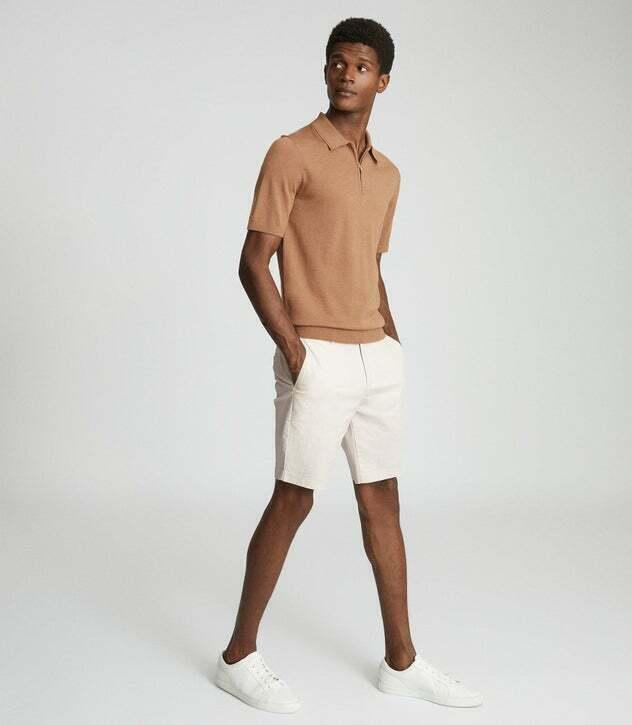 Phối quần short chino và áo thun Breton (thủy thủ) kết hợp cùng blazer