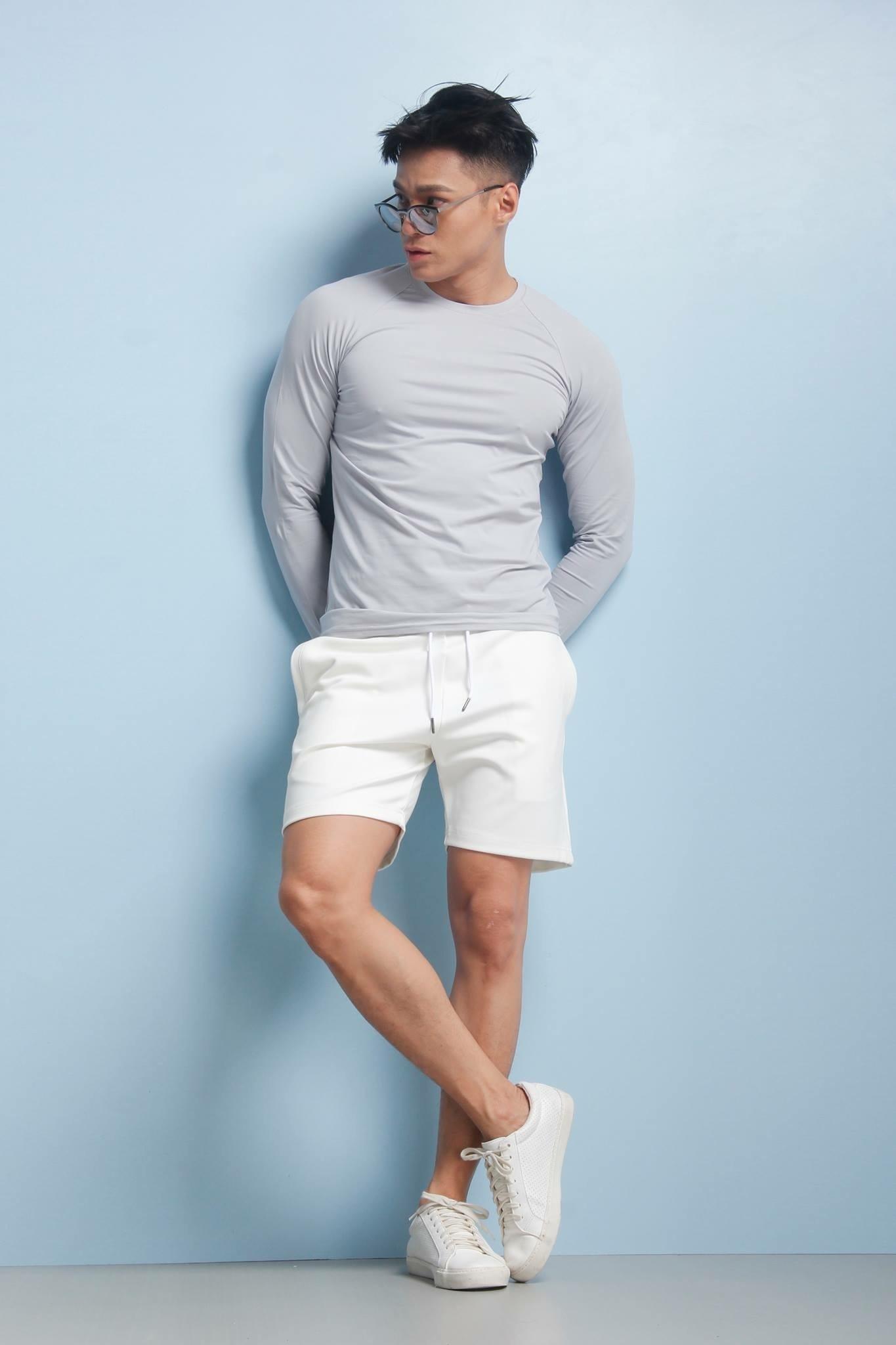 Phối quần short denim và áo thun dài tay