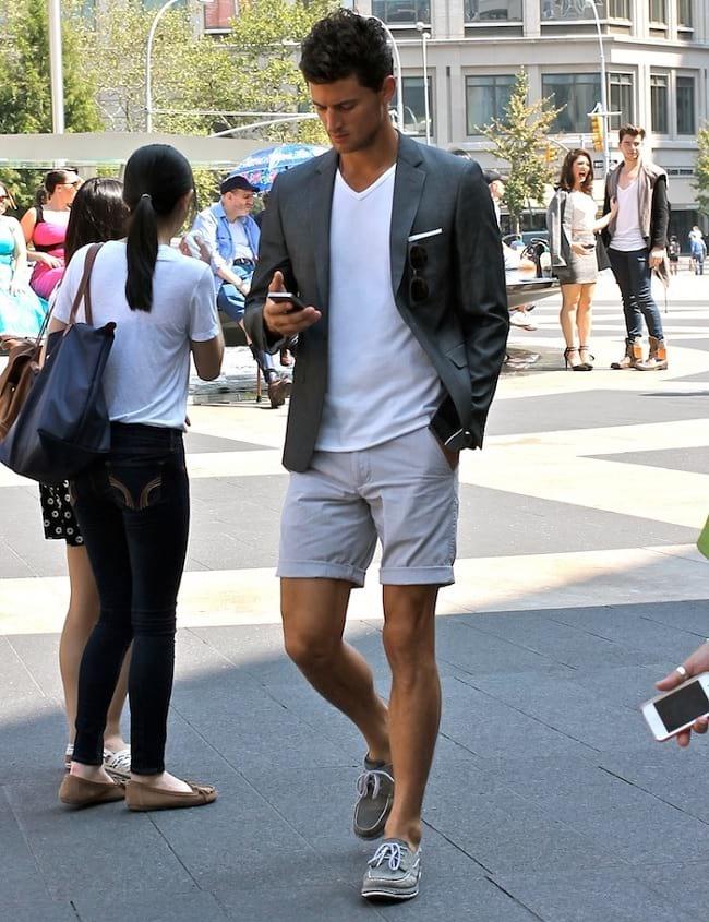 Phối quần short và áo thun kết hợp áo khoác nam