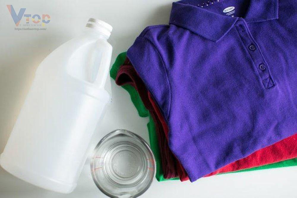 Bảo quản áo thun không ra màu bằng cách ngâm áo thun với giấm