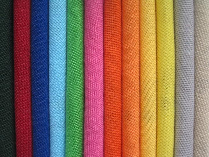 Vải Polyester (PE) là một loại vải may đồng phục thể dục được ưa chuộng